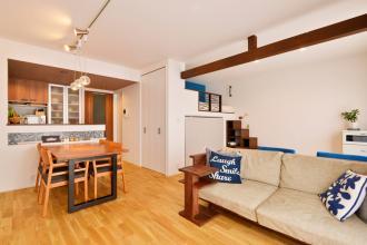 無垢材の床の温もりが心地よい、明るく開放的なリビングが実現