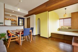 たっぷり収納で家中スッキリ。色づかいも楽しいカラフルな住まい