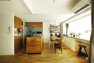 無垢材、珪藻土と自然素材たっぷり。室内窓のある広々リビング