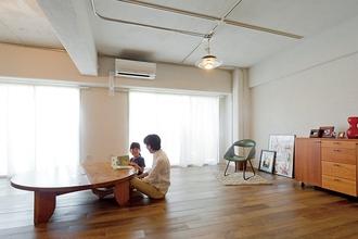 仕切りにはブロックを積んで、自然素材の味のある空間に無垢材の床を使用した住まい