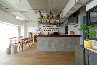 モルタル天板の造作キッチンが引立つ空間