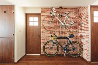 ロードバイクが主役。アンティークブリックタイルの家