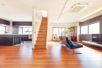 中央のリビング階段が心地よい光を届ける家