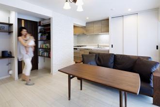 木のぬくもりと白の清潔感が広がる、収納の工夫満載の住まい。