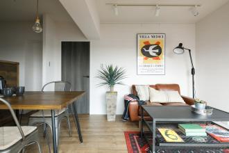 シンプルな内装に家具・小物と植物でコーデ