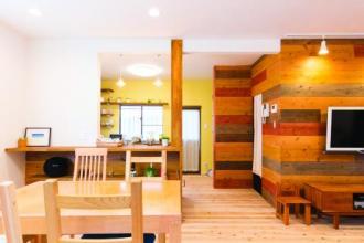 天然木の床が心地いい、アクセントウォールが目をひく洗練された空間