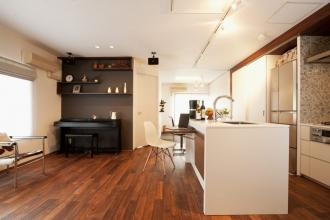 ウォールナットの無垢床に映える白いキッチンとのコントラスト