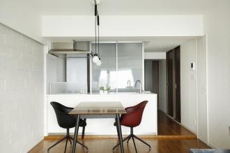 好きな家具に囲まれたシンプルな家