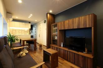 木質感溢れる空間の中に、ペット専用のスペースを設置。愛犬と人が共生できる住まいに