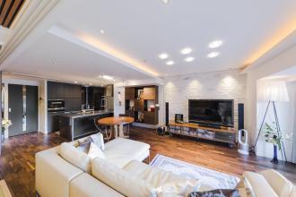 無垢床、無垢天井、ウッドタイルなど、上質な素材感を楽しむ住まいへ