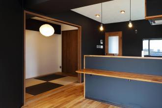 黒を基調としたシックな住空間