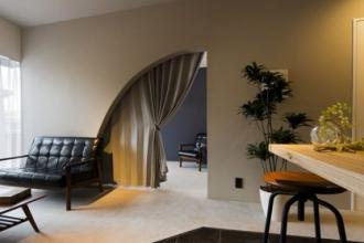 リゾートホテルのようなオシャレな扇形の入り口がポイント。